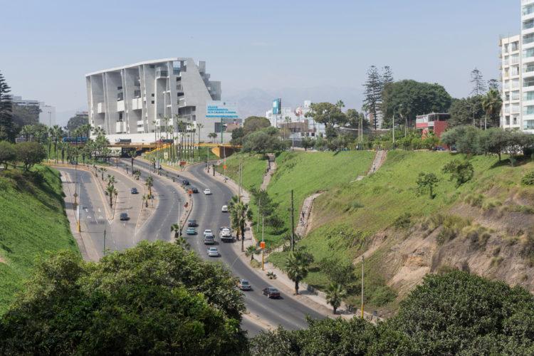 Foto de um prédio cinza alto, visto de longe, no topo de uma via . Universidade de Engenharia e Tecnologia (UTEC) em Lima, Peru - Foto: Iwan Baan