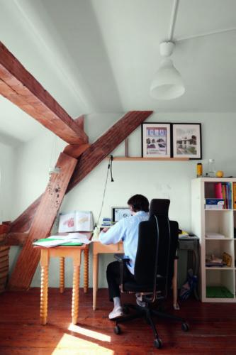 como enxergam a quarentena os principais fotógrafos de arquitetura do mundo. Uma casa na França, um homem sentado de costas na cadeira trabalhando