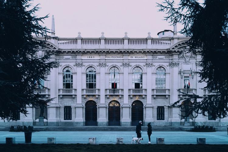 revela como enxergam a quarentena os principais fotógrafos de arquitetura do mundo. BairroLambrate-Città Studi, em Milão, prédio antigo em frente a uma praça vazia
