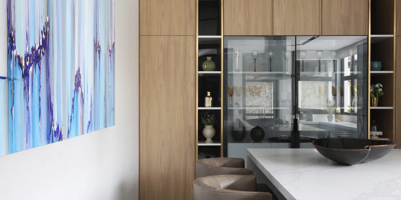 Marcenaria inteligente dá identidade única a cozinha de 45m²