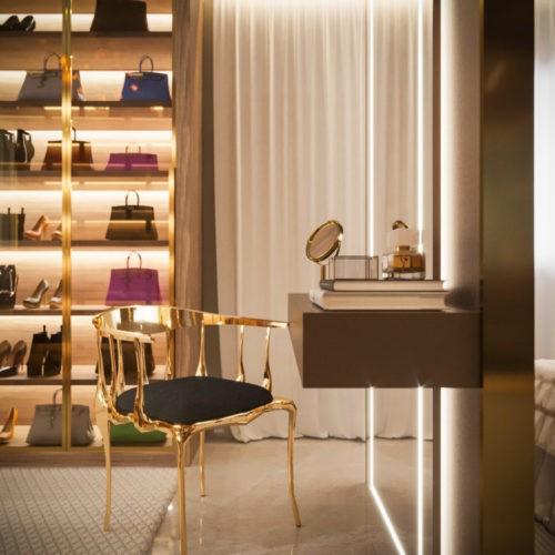 Sofisticação em apartamento com 100m². Penteadeira com cadeira dourada