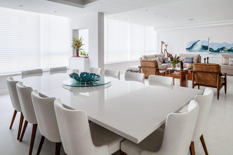 Apartamento da década de 60 passa por modernização. Sala ampa e clara. Piso e mesa da sala de jantar na cor branca, com cadeiras brancas