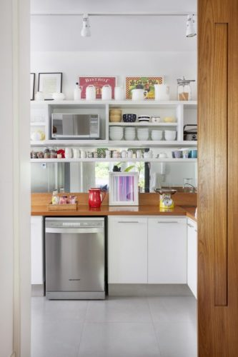 Cozinha com estilo. Cozinha integrada a sal com um porta de correr em madeira