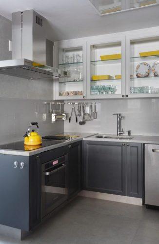 Cozinha com estilo. Bancada de silestone cinza com cooktop e pedra vulcânica