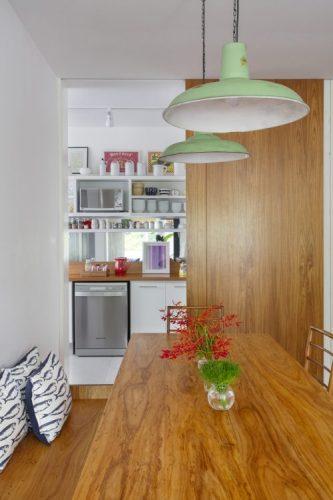 Cozinha com estilo. Cozinha que integra a sala com um porta de correr em madeira