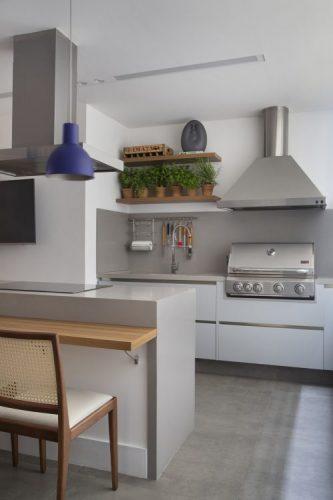 Cozinha com estilo. Cozinha com horta em vasos. Toda branca, inclusive armários. Coifa e churrasqueira