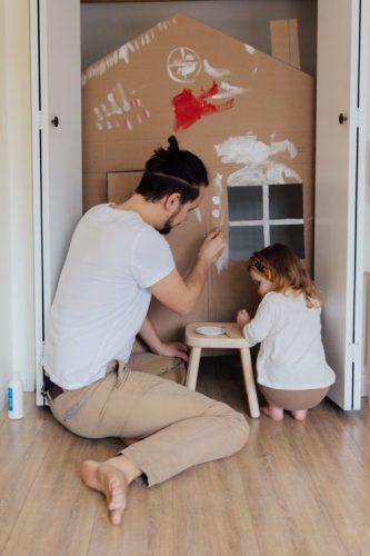 Consumo consciente: o que muda no modo de morar depois da quarentena. Imagem de pai e filha desenhando