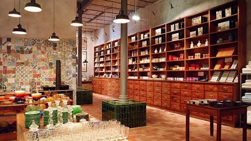 Loja em Portugal, armario grande em madeira