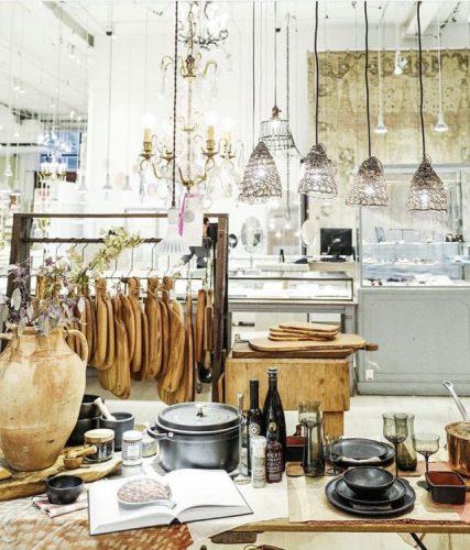 Loja ABC Carpet & Home, 888 Broadway, New York, NY 10003. Ambiente de loja com mesa postas e travessas,muitas luminarias penduradas