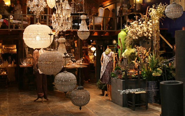 Ambiente de loja com varios lustres pendurados