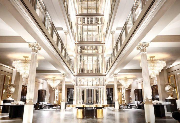 Restoration hardware no Meatpacking, NYC. Interior da loja. Um elevador central em vidro, dois andares com interiore luxuoso