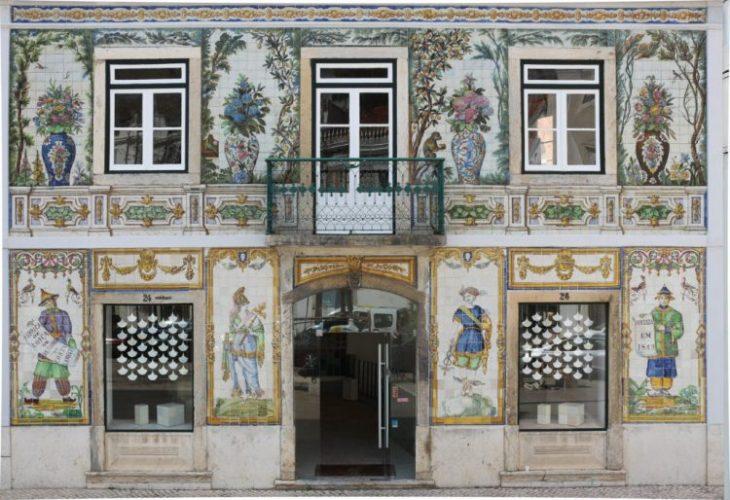Viuva Lamego, Azulejos portugueses. Fachada da loja, construção antiga com a fachada revetida de azulejos portugues formando desenhos de vasos de flores