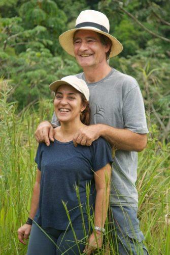 Sementes de sucesso, artista plastica Monica Carvalho que usa sementes n seu trabalho. Foto da Monica e seu marido.