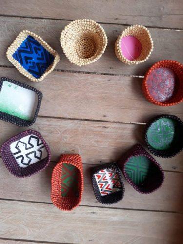 Sementes de sucesso, artista plastica Monica Carvalho que usa sementes no seu trabalho. Foto de cestos coloridos