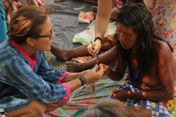 Sementes de sucesso, artista plastica Monica Carvalho que usa sementes no seu trabalho. Foto da artista plástica com uma índia