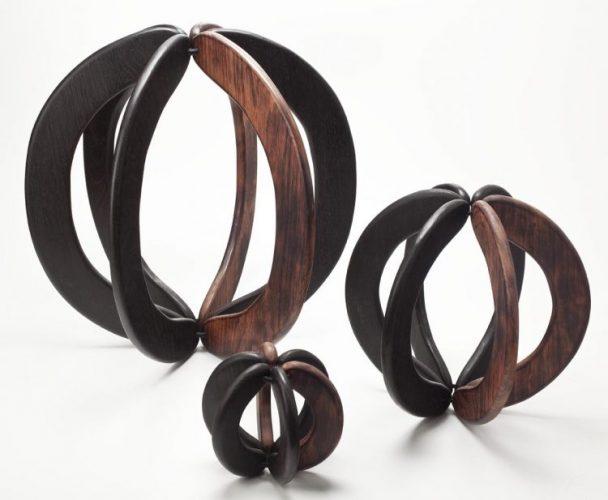 Sementes de sucesso, artista plastica Monica Carvalho que usa sementes no seu trabalho. Esculturas em madeira com formato redondo em faixas