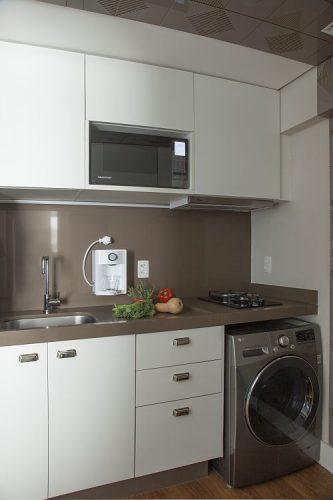 Apartamento de 40 m² com soluções para sua pequena metragem. Cozinha com bancada e fronstispcio marrom