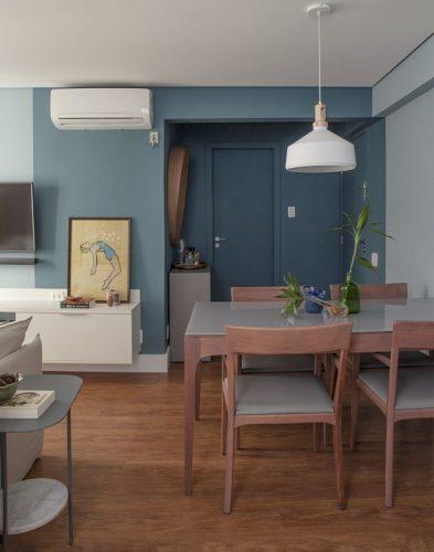 Apartamento de 40 m² com soluções para sua pequena metragem. Hall de entrada pintada de azul, inclusive a porta e teto