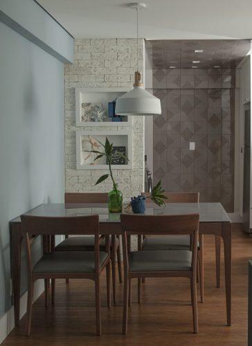 Apartamento de 40 m² com soluções para sua pequena metragem. Detalhe da parede de tijolinho na sala de estar