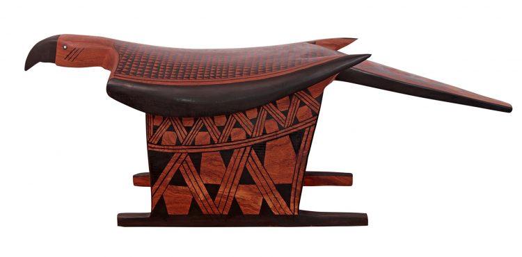 Arte popular brasileira. Banco em madeira lembrando uma arara, da reserva do Xingu