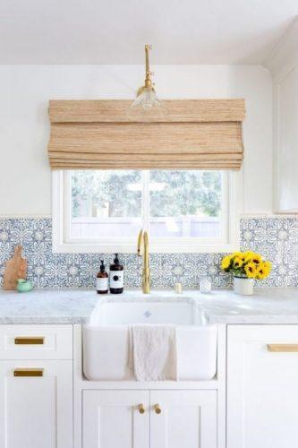BACKSPLASH - Frontão,Recurso pode revigorar o visual da sua cozinha. Cozinha romatica com fronspicio com azulejo branco e azil, cuba larga