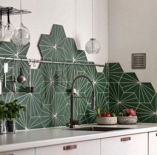 BACKSPLASH - Recurso pode revigorar o visual da sua cozinha. Frontão ou fronspicio com colocação com forma orhanica, tipo inacabado. Hexagonal verde.