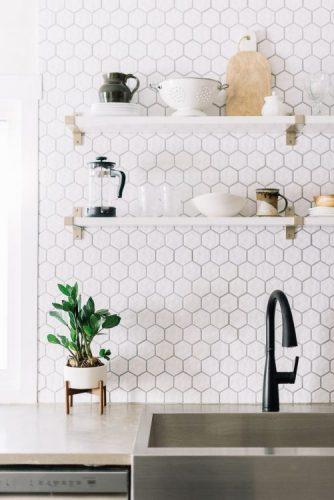 BACKSPLASH - Recurso pode revigorar o visual da sua cozinha. Frontão ou fronspicio com revestimento hexagonal