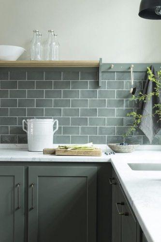 BACKSPLASH - Recurso pode revigorar o visual da sua cozinha. Frontão ou fronspicio cinza