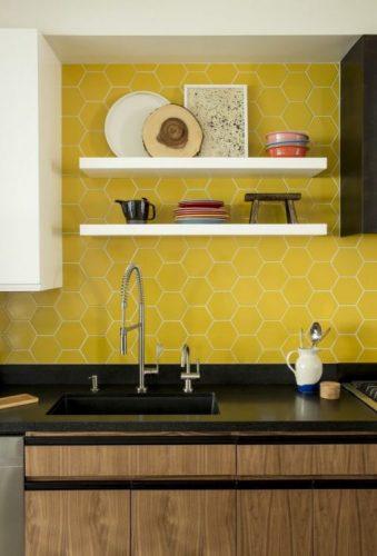 BACKSPLASH - Recurso pode revigorar o visual da sua cozinha. Frontão ou fronstpicio com revestimento amarelo hexagonal