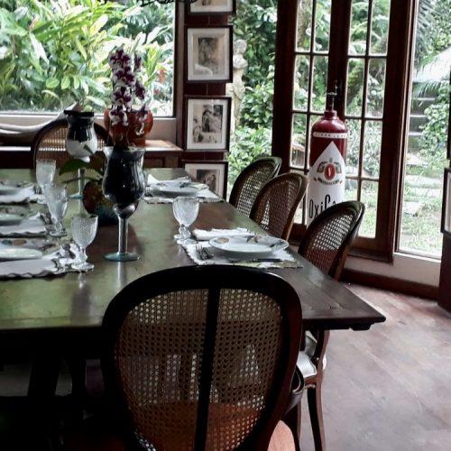 mesa de jantar posta com louças e talheres