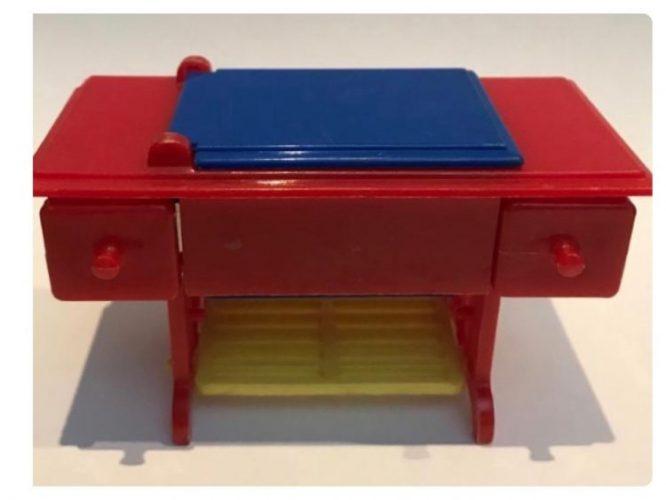 Maquina de costura para casa de bonecas. Minima e colorida com vermelho, azul e amarelo.