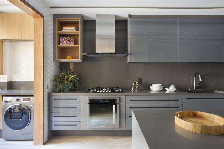 APARTAMENTO COM DÉCOR LEVE. Cozinha com armarios na cor cinza escuro cimento queimado nas paredes.