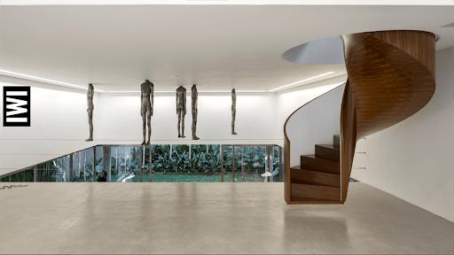 Lúdica e funcional, a magia das escadas helicoidais. Escada escultutal em madeira em um epaço vazio