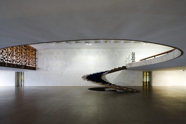 Lúdica e funcional, a magia das escadas helicoidais. Foto da escada no Palacio do Itamaaty, um espaço livre com uma escada escultural
