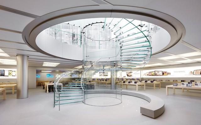 Lúdica e funcional, a magia das escadas helicoidais. Escada toda em vidro dentro de uma loja da Apple. Formato escultural