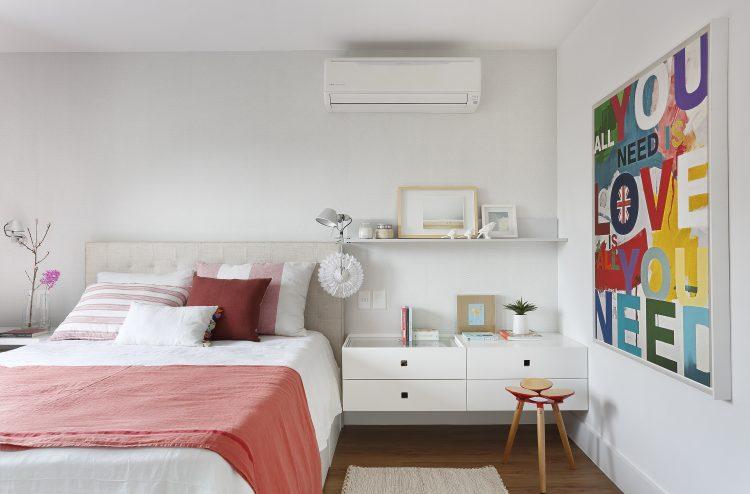 Guia para a criatividade. Um quarto todo branco, com uma tela colorida ao lado da cama