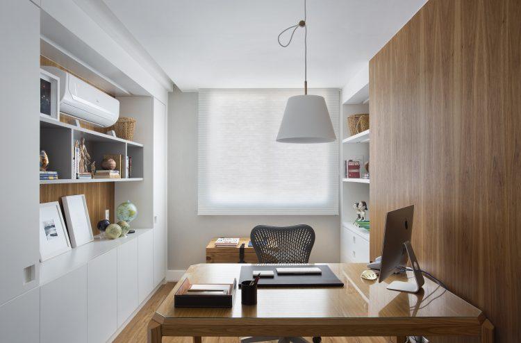 Guia para a criatividade. Escritorio em casa com bancada em medeira, parede forrada em madeira e nichos brancos