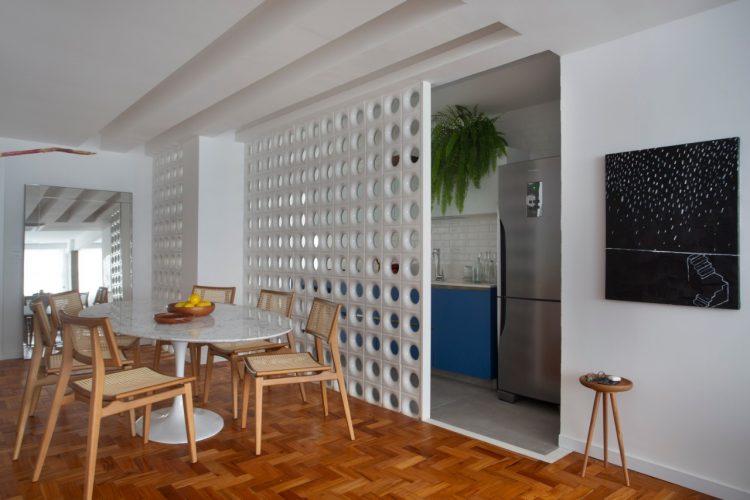 O cobogó é um elemento da arquitetura e design brasileiros. Elemento vazado criando uma parede de divisão da cozinha para a sala de jantar.