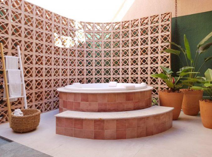 O cobogó é um elemento da arquitetura e design brasileiros. Parede do elemento vazado em ceramica para separar uma banheira