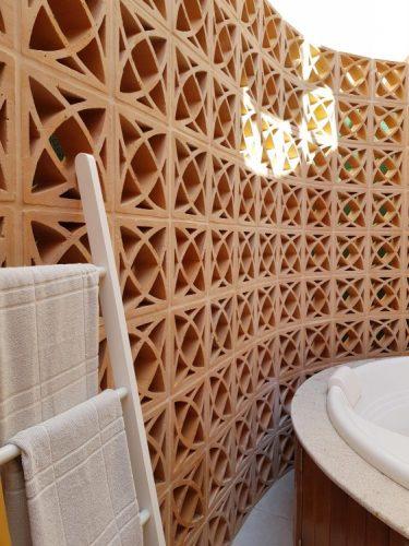 O cobogó é um elemento da arquitetura e design brasileiros. Parede do elemento vazado em barro criando uma divisoria