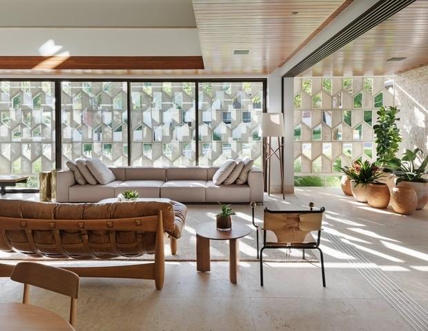 O cobogó é um elemento da arquitetura e design brasileiros. Cobogos na na fachada e um predio, visto do lado de dentro da sala. Criando luz natural no seu interior.