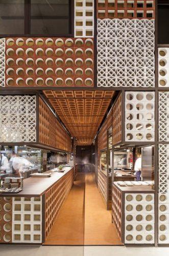 O cobogó é um elemento da arquitetura e design brasileiros. Restaurante com varios modelos do elemento vazado em alturas diferentes