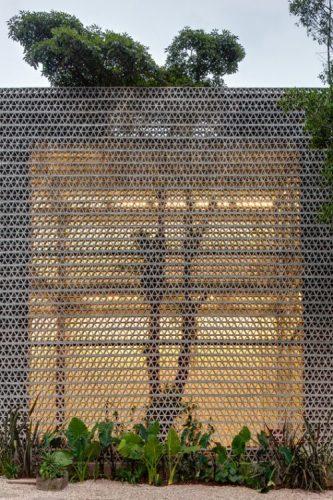 O cobogó é um elemento da arquitetura e design brasileiros. Fachada externa de um predio.