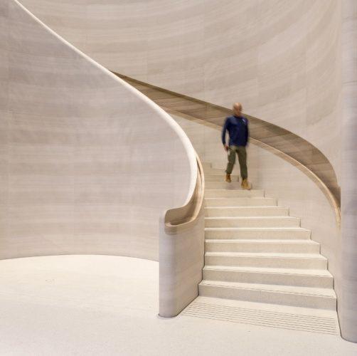 Lúdica e funcional, a magia das escadas helicoidais. Escada na nova loja da Apple toda e marmore italiano