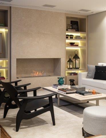 9 DICAS DE LAREIRAS ECOLÓGICAS. Sala decorada em tons claros com uma parede revestida em marmore, com um nicho para a lareira