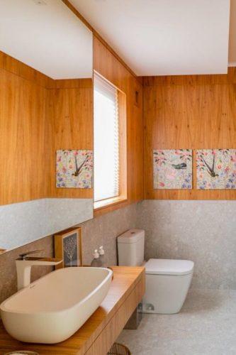A reforma do imóvel, Francisco Beltrão, interior do Paraná, lavabo em meia parede revestida em madeira