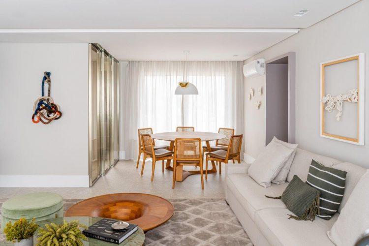 A reforma do imóvel, Francisco Beltrão, interior do Paraná, sala clara com sofá branco e mesa redonda ao fundo