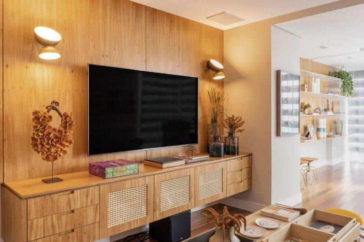 A reforma do imóvel, Francisco Beltrão, interior do Paraná, Painel e móvel em madeira freijó para o home tv
