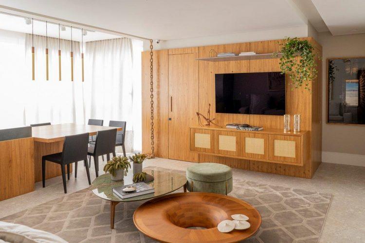 A reforma do imóvel, Francisco Beltrão, interior do Paraná, com 320m . Sala ampla com painel revestido em madeira para TV