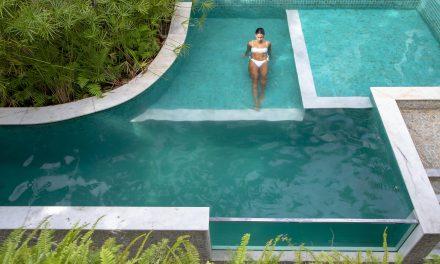 Casa com uma piscina em blocos com diferentes níveis.
